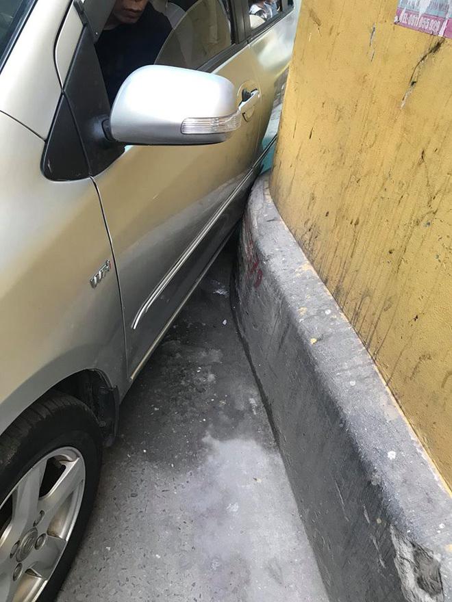 Ô tô cố đi vào ngõ nhỏ, phản ứng của người đàn bà khiến tài xế 'đỏ mặt'
