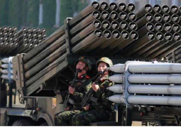 Xem lễ duyệt binh không tên lửa tầm xa của Triều Tiên