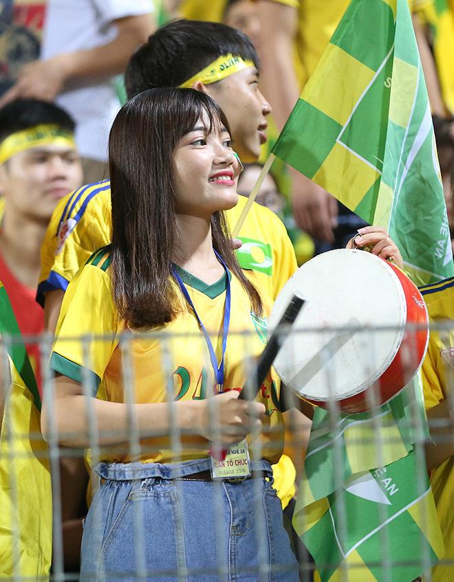 Fan nữ Hà Nội và SLNA đọ sắc ở Hàng Đẫy