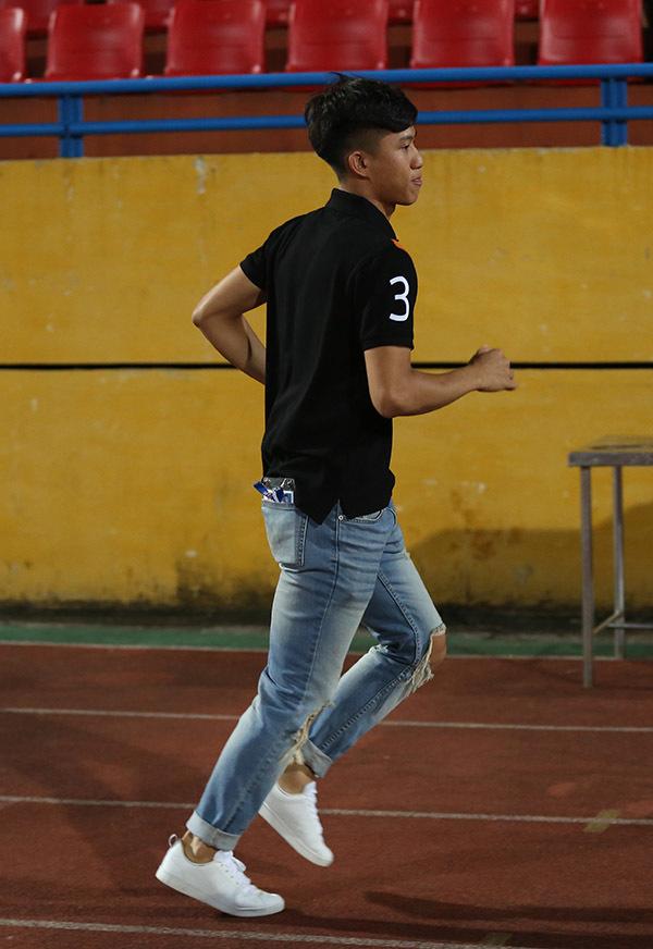 Phan Văn Đức ăn mặc sành điệu, buồn bã nhìn SLNA bại trận
