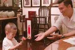 Việt Anh cười tươi hạnh phúc bên con trai trong ngày sinh nhật