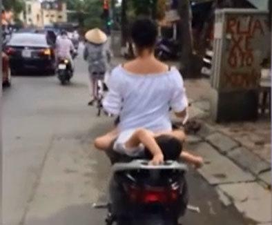 Thót tim xem clip mẹ chở con nằm chơi trên yên xe máy