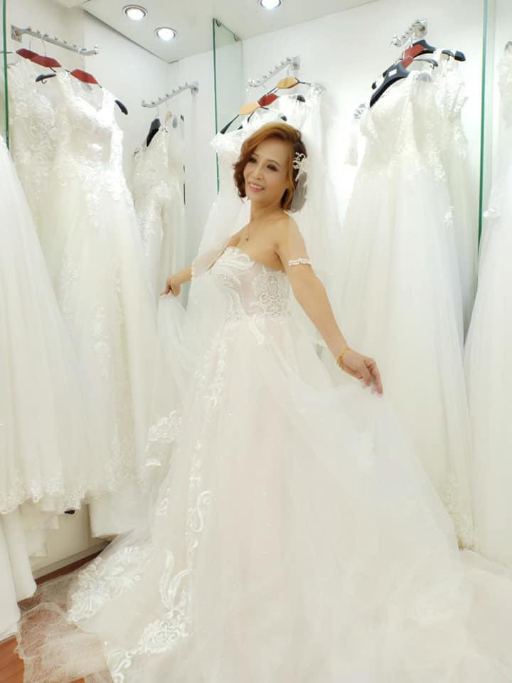 Cô dâu 61 tuổi thử trang phục cưới