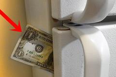 Nhét tờ tiền vào khe cửa tủ lạnh rồi kéo ra - một phép thử quan trọng để tiết kiệm tiền điện cho gia đình