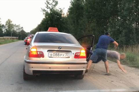 Ném rác bừa bãi, hành khách bị tài xế taxi quẳng ra khỏi xe