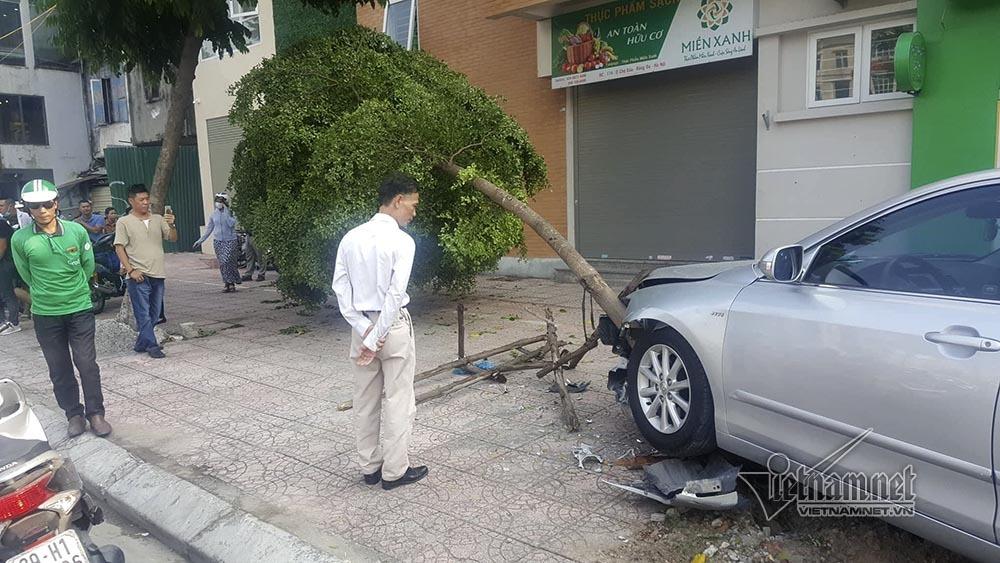 Xế hộp đâm loạt xe máy, 'hạ gục' cây vỉa hè Hà Nội