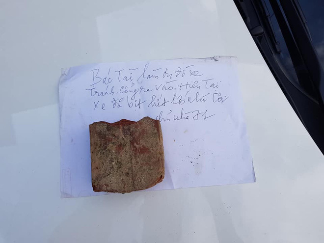 Viên gạch cùng mảnh giấy đặt trên nắp capo và lời cảnh cáo thâm thúy gửi người tài xế