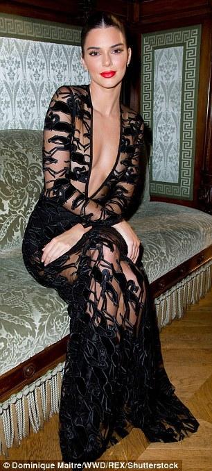 Kendall Jenner mặc váy ren lộ ngực trần đi sự kiện