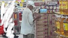 Câu chuyện đáng thương phía sau bức ảnh cụ ông ở Đà Nẵng cứ 8 giờ tối là đến siêu thị mua cơm thanh lý 10.000 đồng