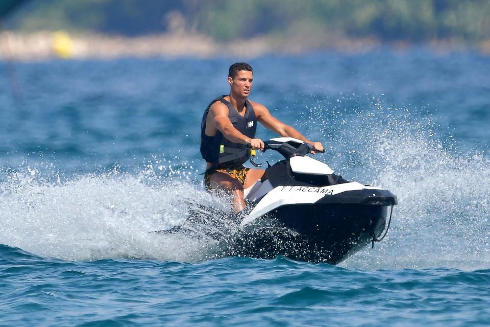 Bạn gái Ronaldo đốt mắt thiên hạ trên du thuyền