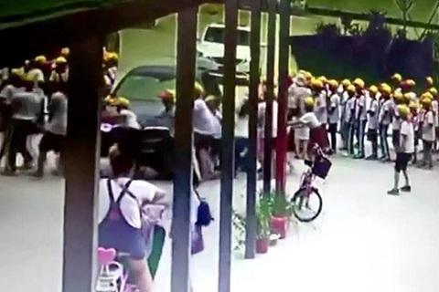 Cô giáo lái BMW lao vào học sinh trước cổng trường