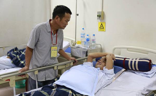 Ông bố đau đớn chứng kiến 3 con trai lần lượt yếu dần rồi tàn phế