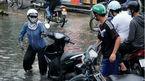 Người Sài Gòn té xe, lội nước bẩn hôi nồng nặc ngày triều cường lên cao