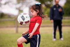 Thán phục trước khả năng bóng đá của cô bé 8 tuổi