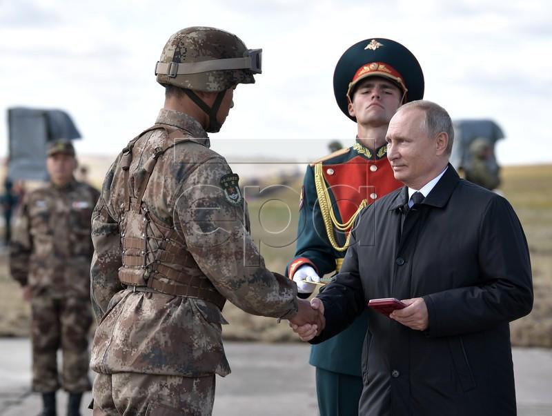 Tổng thống Putin thị sát tập trận, thưởng nóng binh sĩ