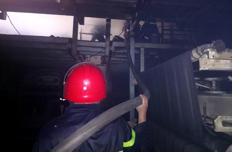 Khu phố Sài Gòn náo loạn khi kho hóa chất cháy dữ dội