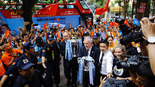 Cúp bạc Premier League đến Hà Nội, người dân đổ ra chiêm ngưỡng