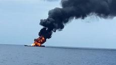 Tàu tên lửa Indonesia cháy ngùn ngụt giữa biển