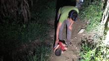 Mẹ đi lấy chồng, con trai 6 tuổi ngủ ngoài đường trong đêm tối