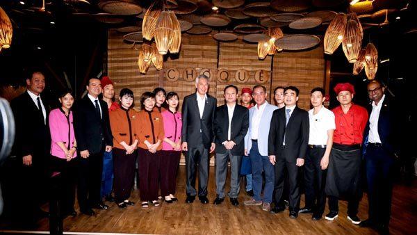 Thủ tướng Singapore thưởng thức ẩm thực truyền thống Việt Nam