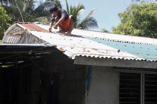 Người dân miền bắcPhilippines gia cố nhà cửa chuẩn bị đón siêu bão Mangkhut.