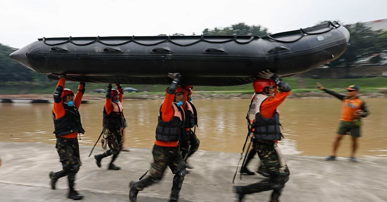 Binh sĩ Philippines diễn tập công tác cứu hộ trong bão ở Manila.
