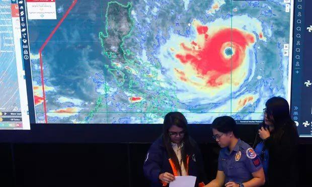 Ảnh chụp vệ tinh bão Mangkhut được hiển thị trên màn hình tạiTrung tâm Phòng chống thiên tai quốc gia tại Manila.
