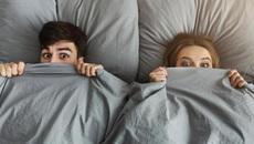 Trốn 14 giờ dưới gầm giường vì bạn trai của nhân tình bất ngờ về nhà