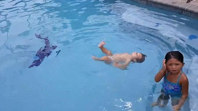 Bé một tuổi gây sửng sốt vì bơi lội như 'rái cá'