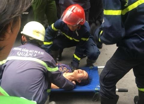 Cứu 2 cụ bà bị mắc kẹt trong vụ cháy ở phố đi bộ Bùi Viện