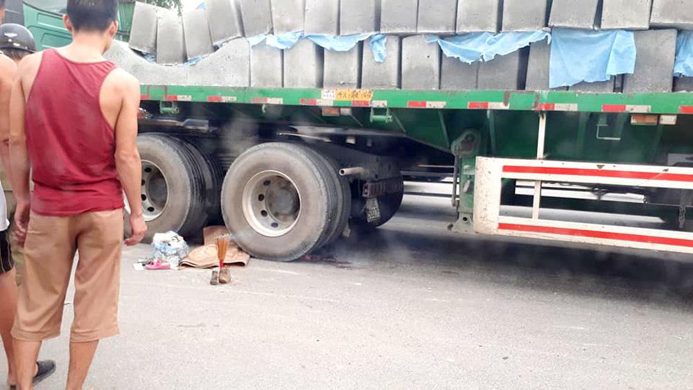 Ngã vào bánh xe container, bé 5 tuổi tử vong trên đường tới trường