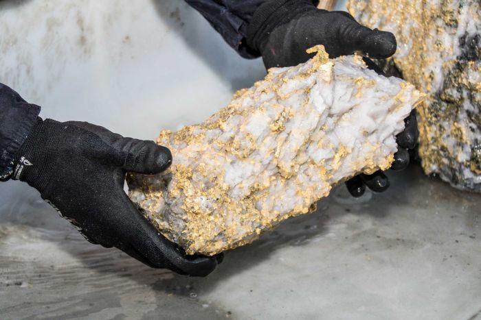 Đào trúng hòn đá phủ vàng giá 80 tỷ: Người đàn ông ngã quỵ vì sung sướng
