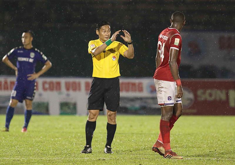 Hy hữu: Trọng tài quên rút thẻ đỏ, bẻ còi trên sân Gò Đậu