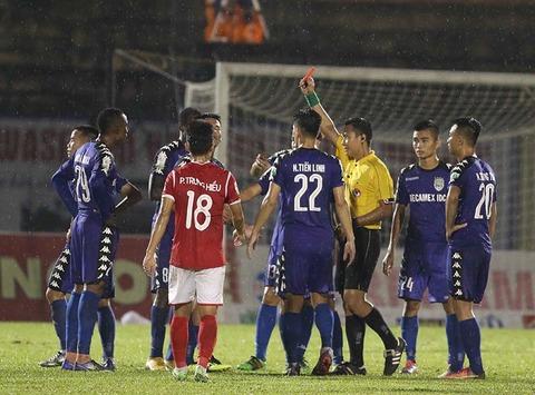Cầu thủ Bình Dương phản ứng trọng tài Trần Văn Lập