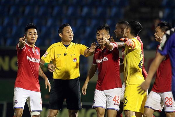 Nghịch lý V-League: Khi U23 Việt Nam xây, trọng tài... đi phá!