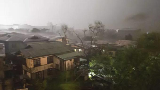 Hình ảnh đầu tiên về siêu bão Mangkhut tấn công Philippines