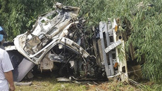 Hiện trường khủng khiếp vụ xe bồn tông xe khách xuống vực, 13 người chết