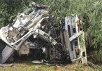 Hiện trường khủng khiếp vụ xe bồn tông xe khách xuống vực, 12 người chết