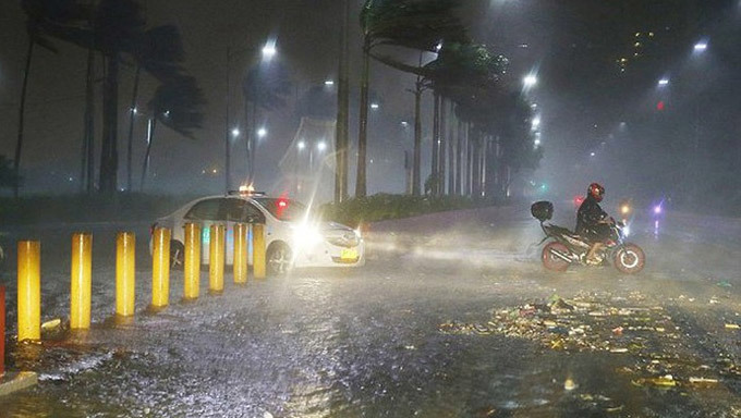 Philippines căng mình chống siêu bão, ít nhất 3 người chết