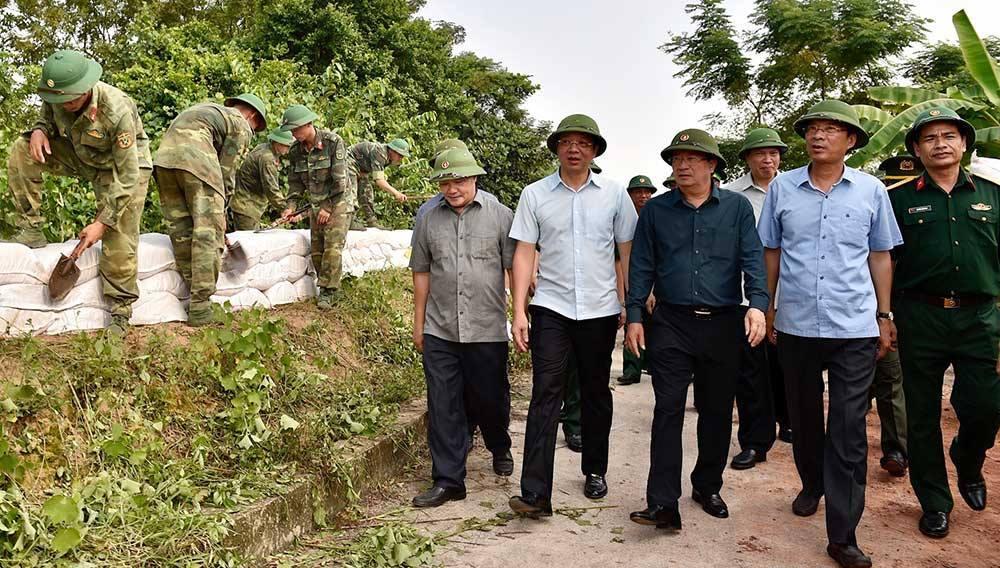 Phó Thủ tướng Trịnh Đình Dũng cùng lãnh đạo tỉnh Quảng Ninh thị sát, đôn đốc, động viên lực lượng ứng phó Bão MangKhut