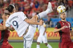 Ibrahimovic ghi siêu phẩm ngoạn mục thứ 500 trong sự nghiệp