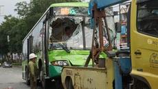 Hàng chục người hoảng loạn trong xe buýt bị tông liên hoàn