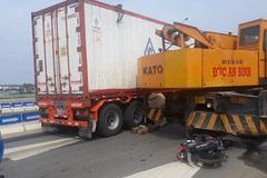 Xe máy bị xe container kéo lê trên cao tốc Đà Nẵng - Quảng Ngãi: 1 người chết