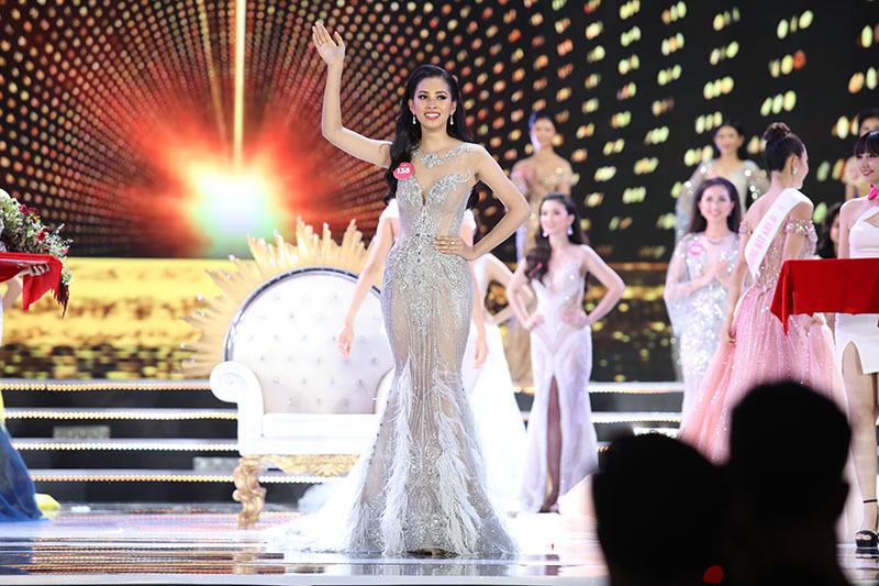 Tân Hoa hậu Việt Nam Trần Tiểu Vy ấp úng ngay trong buổi gặp báo chí