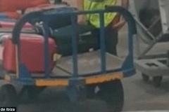 Nhân viên sân bay ngang nhiên trộm đồ của khách