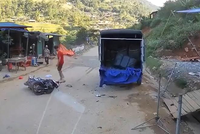 Lái xe tải đỗ lề đường có lỗi không khi người khác tông vào tử vong?