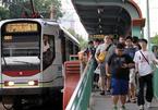 Đoàn tàu cổ giữa Hong Kong nhớ leng keng trên phố Hà Nội