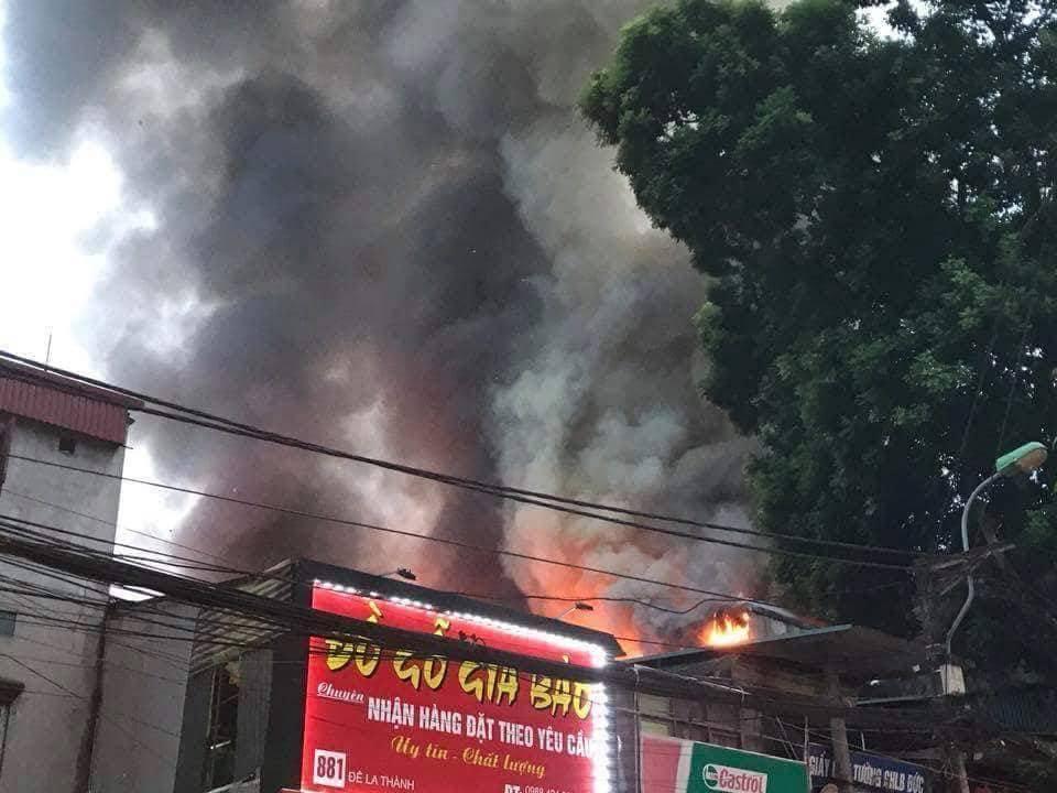 Lửa thiêu thần tốc dọc phố Đê La Thành, BV Nhi sơ tán