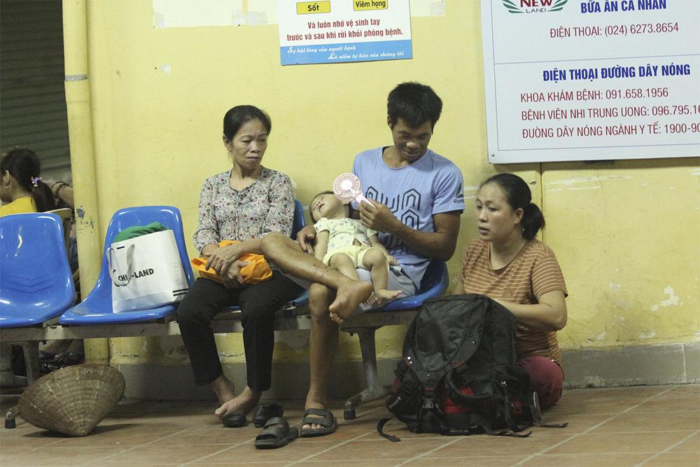 Lửa rừng rực sát bệnh viện Nhi, mẹ ném bình sữa ôm con tháo chạy