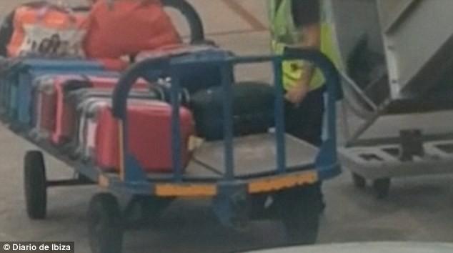 Cận cảnh nhân viên sân bay móc trộm đồ trong vali của khách